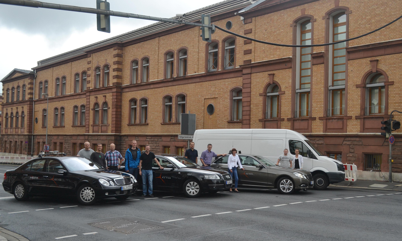 """Forscher um Prof. Klaus Dietmayer (3.v.l.) haben in Fahrdemonstrationen bewiesen: Die """"intelligente Kreuzung"""" ist keine ferne Zukunftsvision."""