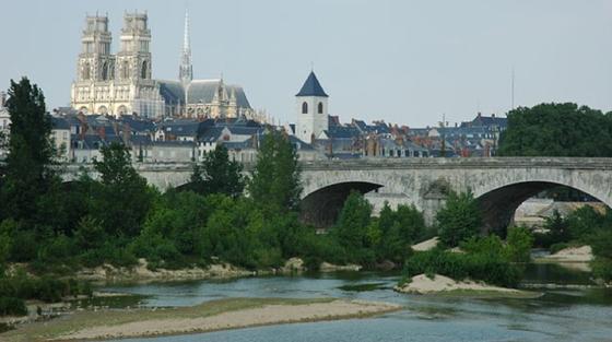 Flussströmungskraftwerk: In der Loire bei Orléans soll die neue Turbine von Hydroquest ein Jahr lang getestet werden.