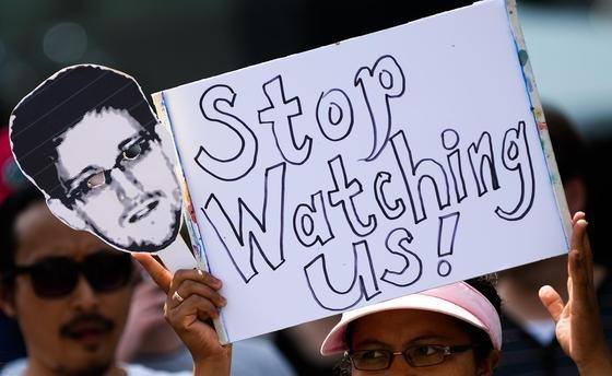 Gegen die Abhörmaßnahmen durch den US-Geheimdienst NSA protestieren schon Ende Juli in Hannover (Niedersachsen) Demonstranten. Das ganze Ausmaß der Bespitzelung war da noch nicht bekannt. Nach neuesten Erkenntnissenhat die NSA Hintertüren in 80.000 strategische Server weltweit geschmuggelt und installiert.