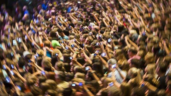 Immer und überall dabei: Smartphones. Damit lässt es sich auch unterwegs prima im Internet surfen. Ein schwedischer Forscher warnt jetzt vor der Datenflut. Das menschliche Gehirn braucht Ruhephasen, um Informationen vom Kurzzeit- ins Langzeitgedächtnis zu transportieren.