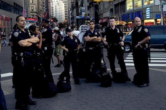 New Yorker Polizisten: Aktuell haben NYPD-Kollegen derSondereinheit Smartphone mit Flugblättern für ein Sicherheits-Update von Apple geworben.