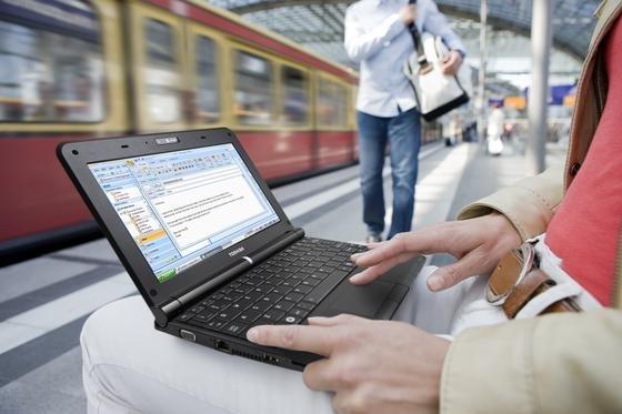 Die Deutsche Bahn hat bundesweit in 105 Bahnhöfen Hotspots eingerichtet. Über WLAN können Reisende kostenlos 30 Minuten am Stück im Internet surfen. Danach gelten die Tarife der Deutschen Telekom.