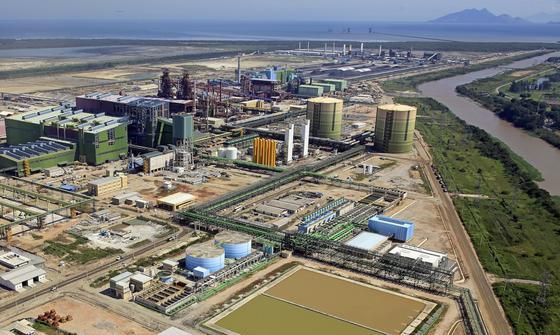 Das Stahlwerk ThyssenKrupp CSA in der Bucht von Sepetiba im Bundesstaat Rio de Janeiro hat bereits Milliardenverluste angehäuft. Das Stahlwerk arbeitet seit Juni 2010 und umfasst einen Hafen, Rohstoffhandling, Kokerei, Sinteranlage, zwei Hochöfen, ein Oxygenstahlwerk und ein Kraftwerk.