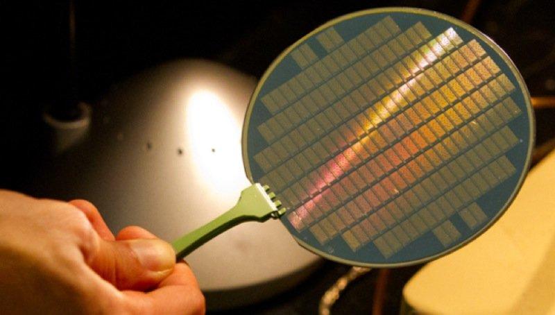 Wafer mit Computerchips auf der Basis von Kohlenstoff-Nanoröhrchen.