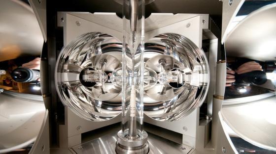 Mit einem speziellen Kristallzuchtverfahren in einem Spiegelofen ist es Forschern der TU Wien erstmals gelungen, Clathrate aus Barium, Silizium und Gold herzustellen, die magnetische Cer-Atome enthalten.