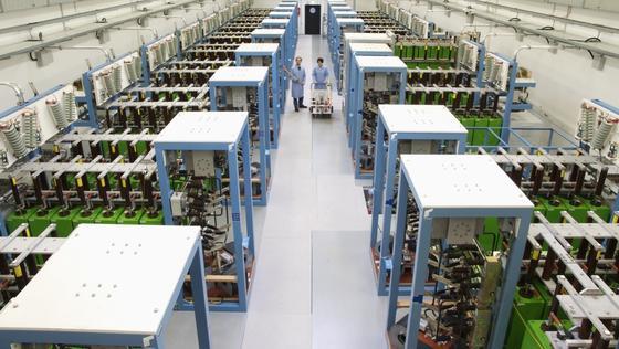 Um modern und effizient hohe magnetische Felder für die Materialforschung zu erreichen, die dafür nötige Energie zu speichern und pulsartig freizusetzen, nutzen die Wissenschaftler am Hochfeld-Magnetlabor Dresden des HZDR eine Kondensatorbank.