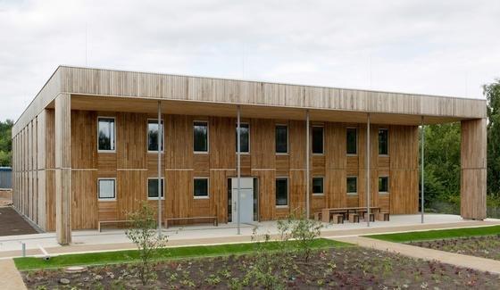 """Das fertiggestellte """"Haus 2019"""" mit dem nach Süden ausgerichteten Haupteingang. Der große Dachüberstand bietet im Sommer einen guten Schutz vor starker Sonneneinstrahlung."""