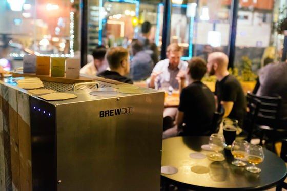 Der irische Brauroboter Brewbot produziert 20 Liter Bier in einem Brau-Durchgang. Angeblich müssen Hobbybrauer keine Ahnung haben und nur eine App bedienen können. Denn die steuert das Gerät.