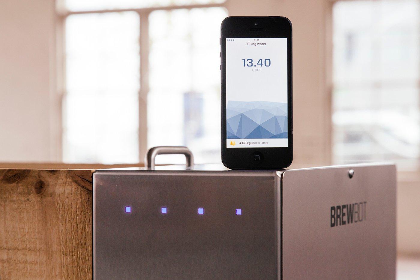 Die App fürs Bierbrauen: Mit dem Smartphone steuert der Nutzer den Brau-Prozess in den neuen irischen Bierroboter Brewbot.