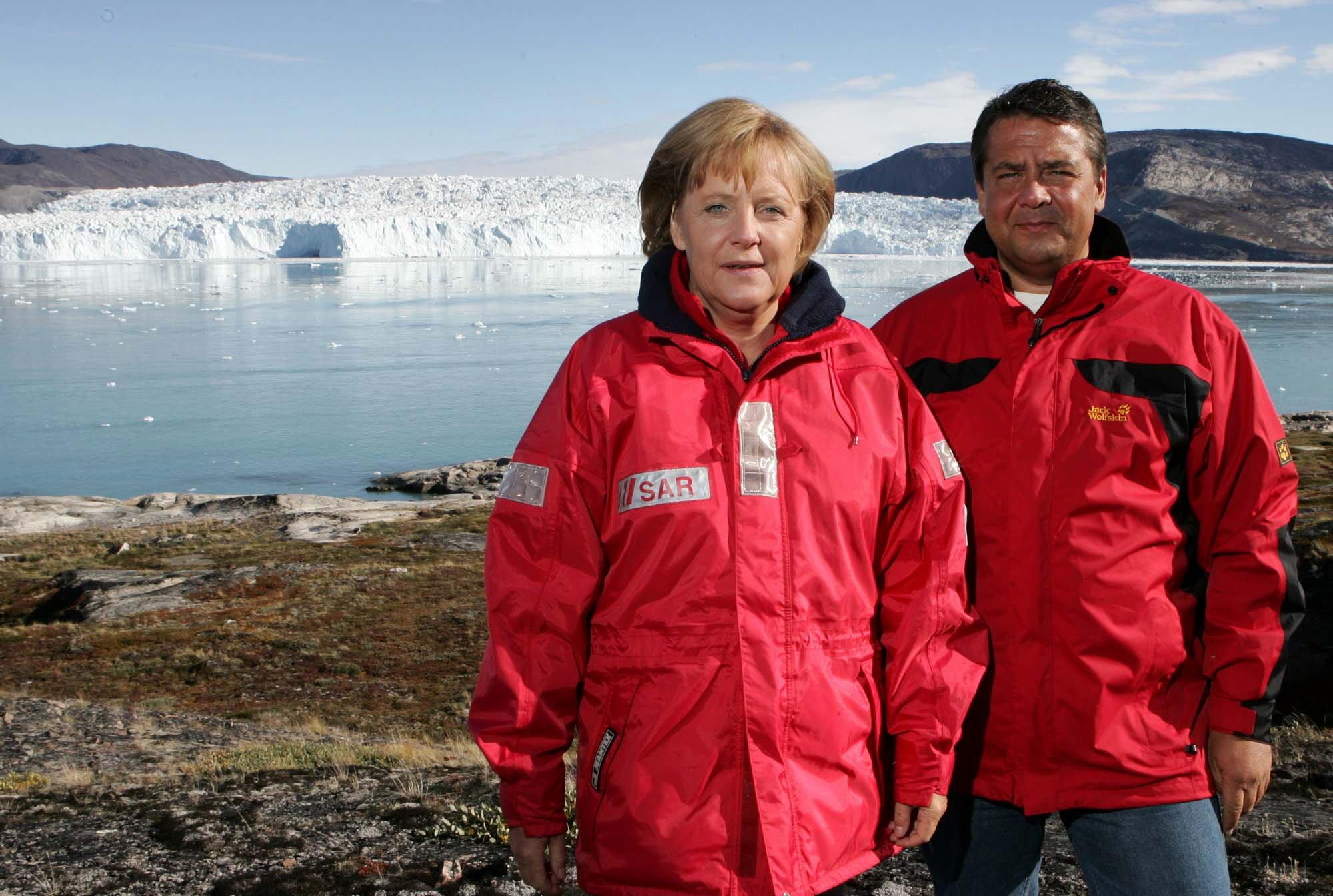 Bundeskanzlerin Angela Merkel (CDU) und der damalige Bundesumweltminister Sigmar Gabriel (SPD), aufgenommen am 17. August 2007 vor dem Eqi Gletscher bei Ilulissat in Grönland: Umweltschützer fordern Merkel auf, wieder zur Klimakanzlerin zu werden. Der Meeresspiegel wird schneller als erwartet steigen. Auch das Ziel, die Erwärmung des Klimas auf zwei Grad zu begrenzen, ist kaum noch zu schaffen.