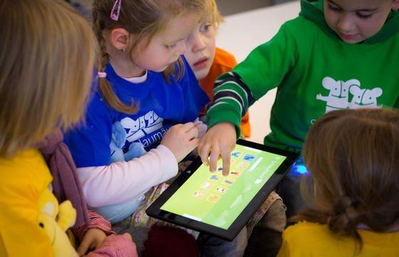 Kinder spielen an einem Tablet-PC des Soft- und Hardwareherstellers Microsoft: Jetzt will auch Nokia ein Tablet mit Windows-Betriebssystem RT präsentieren. Bislang konnten sich Windows-Tablets allerdings am Markt nicht gegen die Vormachtstellung von iPad und Android-Tablets durchsetzen.