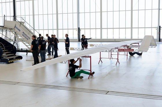 Ein Papierflieger wird am 28. September in einem Hangar am Flughafen Braunschweig zusammengebaut. Studenten der TU Braunschweig bauten den nach eigenen Angaben weltgrößten Papierflieger und stellten mit einem Flug von rund 18 Meter Strecke einen Weltrekord auf.
