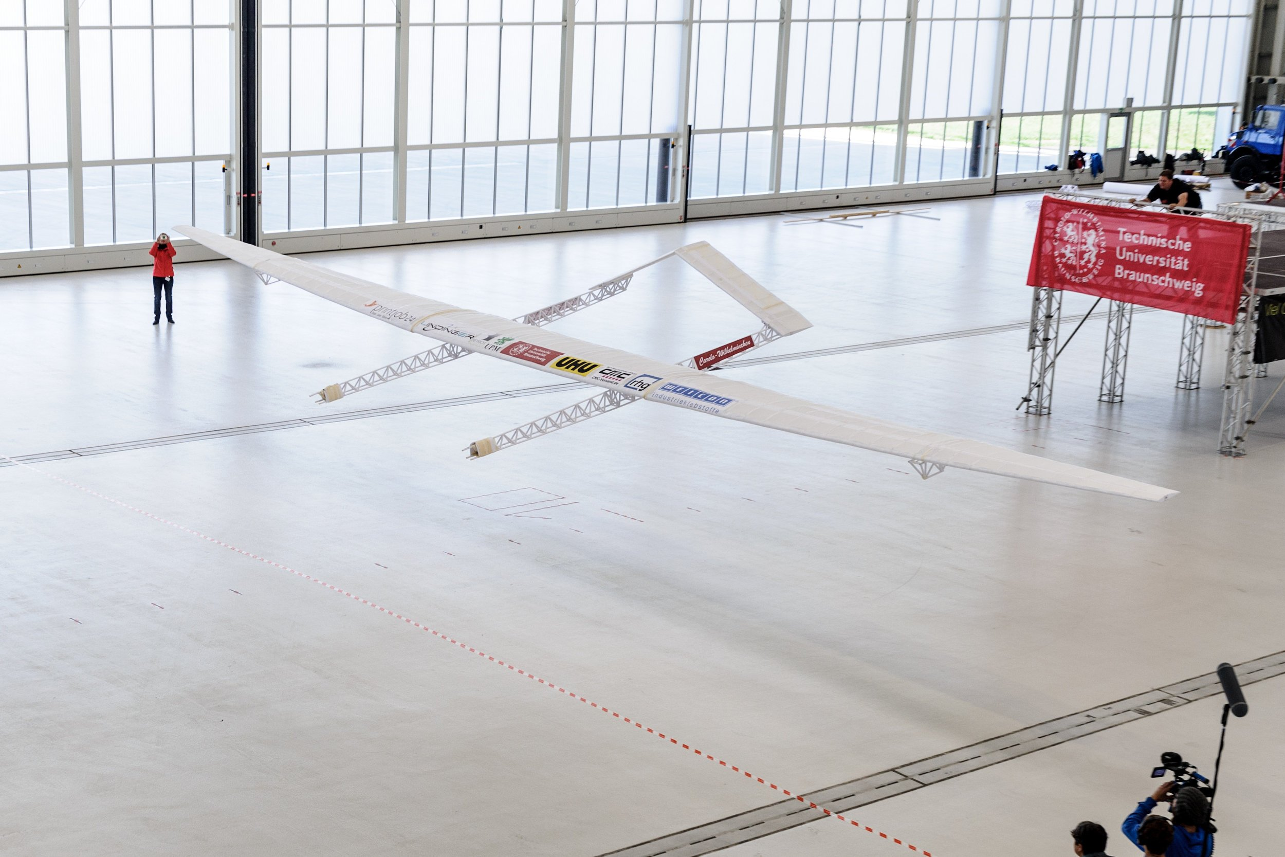 Der weltgrößte Papierflieger bei seinem 18 Meter langen Flug.