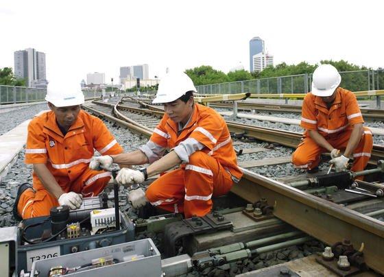 Siemens-Mitarbeiter in Asien: 15 000 Arbeitsplätze will der neue Siemens-Konzernchef weltweit abbauen, davon 5000 in Deutschland. Die Arbeitnehmervertretung ist sauer und wirft Kaeser vor, in die Pläne nicht eingeweiht zu sein.
