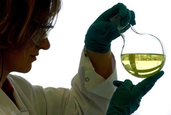 Chemielabor: Bei der Herstellung von Medikamenten werden in der Regel Katalysatoren eingesetzt. Diese wieder zu entfernen, ist sehr aufwendig. Forscher haben jetzt Nylonfäden entwickelt, die man durch die Probe zieht und an die sich Katalysatoren gerne anlagern. Das geht deutlich schneller als filtern.
