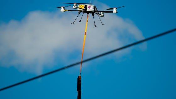 Ein Quadrocopter bestreicht in BrandenburgTelekom-Kabel mit einer künstlicher DNA. Im Kampf gegen den Kupferdiebstahl setzt die Deutsche Telekom zunehmend auf den Einsatz dersynthetisch hergestellten Spezialflüssigkeit.