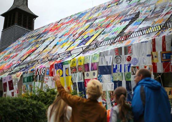 «Plastiktüte? Nein danke!» hieß die Aktion der Evangelischen Kirchengemeinde Bonn-Duisdorf, bei der Mitte September 2013 Tausende von Plastiktüten zusammengenäht wurden, um das Kirchenschiff einzupacken. Jetzt haben australische Forscher ein Verfahren entwickelt, um aus einfachen Plastiktüten Kohlenstoff-Nanoröhrchen herzustellen. Damit werden Plastiktüten zu einem wertvollen Rohstoff.