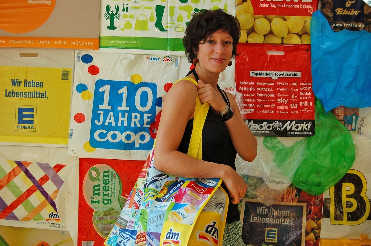 Eine Billionen Plastiktüten landen jedes Jahr weltweit auf dem Müll. Zum großen Teil werden die Tüten jedoch nicht recycelt, sondern landen als schädlicher Müll in den Weltmeeren und der Natur. Die Deutsche Umwelthilfe wirbt für stabile Mehrweg-Plastiktüten, Forscher wollen die Tüten als Kohlenstoff-Quelle nutzen.