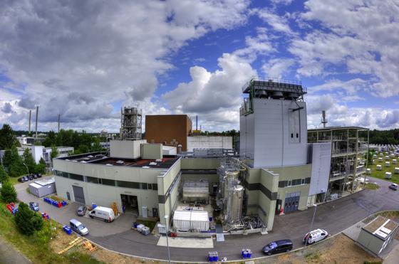 KIT-Anlage zur Herstellung von Kraftstoff aus Stroh: Das Stroh wird im linken Bereich in so genannten Slurry umgewandelt. Im mittleren Bildbereich befinden sich die Hochdruckvergasung und Reinigungsstufe. Rechts ist die Syntheseanlage zu sehen, in der der Treibstoff produziert wird.