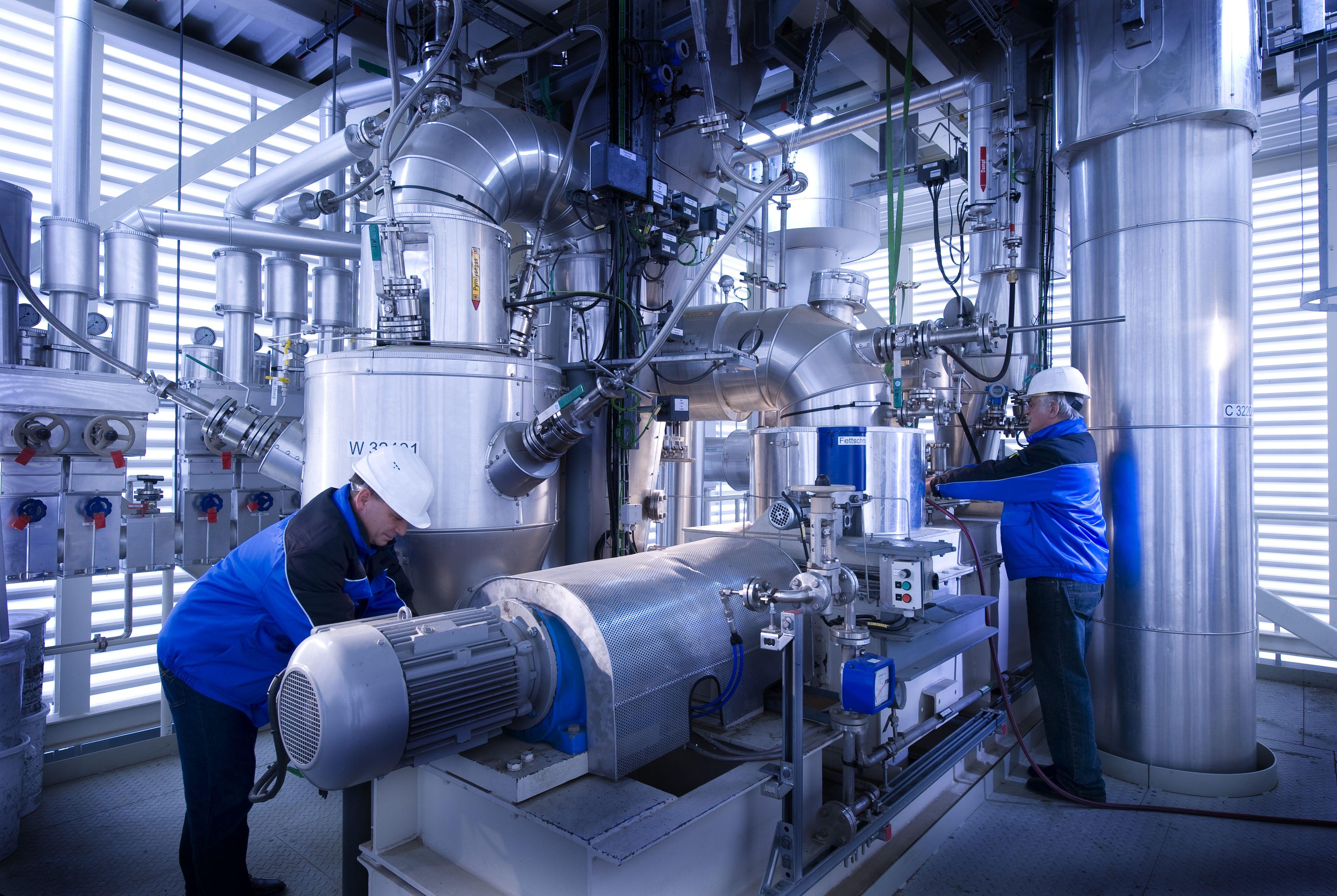 In solchen Reaktoren, sogenannten Schnellpyrolyseanlagen, wird das Stroh dezentral zu einer energiereichen Flüssigkeit verdichtet, die dann zu Kraftstoffen weiterverarbeitet werden kann.