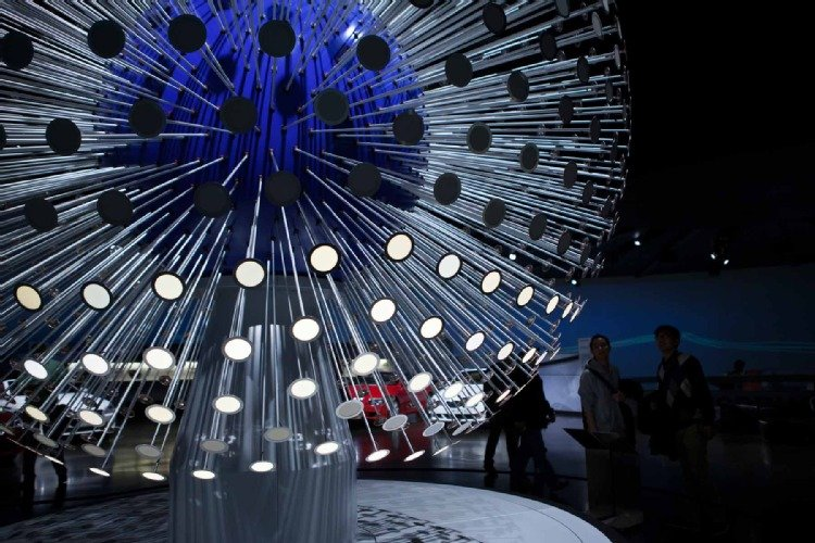 Im Münchner BMW-Museum leuchtet die OLED-Designskulptur