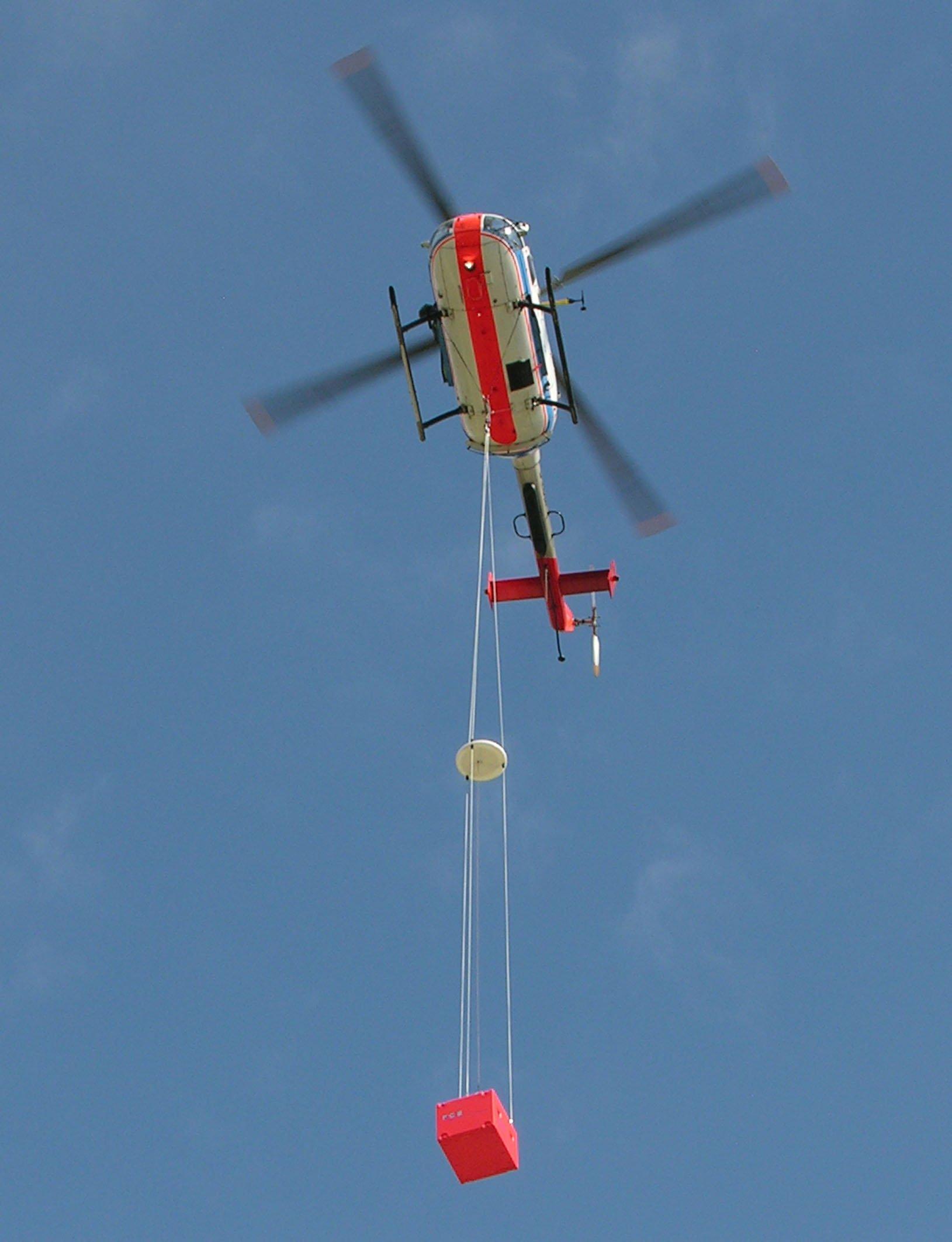 Unter dem Hubschrauber befindensich eine Referenzantenne (Mitte) und eine Empfangseinrichtung (rote Messbox).