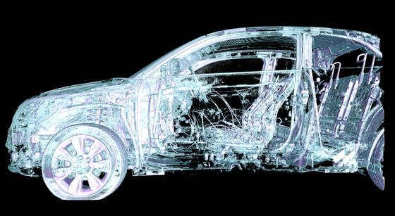 Der größte Computertomograph der Welt XXL-CT ermöglicht das Röntgen eines Autos.
