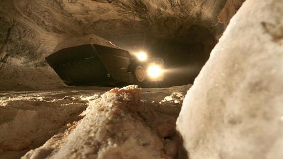 Salzabbau im Bergwerk Unterbreizbach des Kaliwerkes K+S (Kali und Salz) in Unterbreizbach (Thüringen): Nach dem schweren Grubenunglück am 1. Oktober 2013 mit drei Toten sucht die Staatsanwaltschaft nach der Ursache. Auch Experten vom Bergamt sind an der Unglücksstelle. Die drei toten Bergleute wurden nach Angaben der Polizei am frühen Mittwochmorgen geborgen und über Tage gebracht.