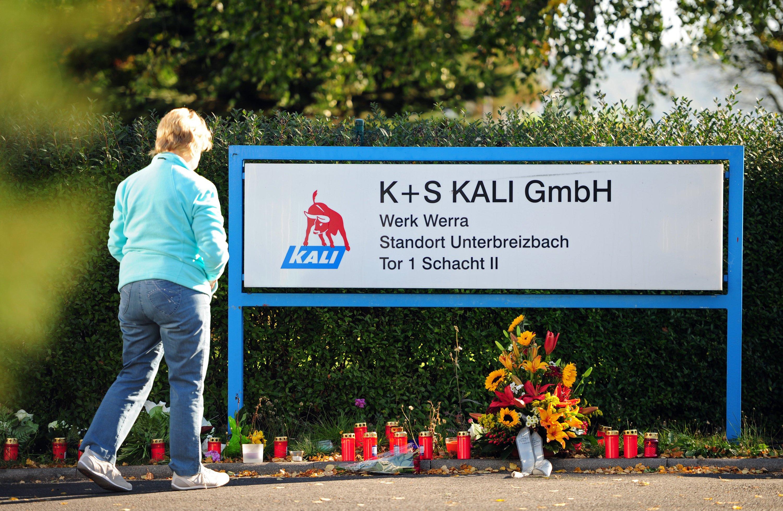 Vor der Einfahrt der Kali-Grube der K+S in Unterbreizbach (Thüringen) wurden Kerzen und Blumen aufgestellt. Bei einem Grubenunglück sind drei Menschen ums Leben gekommen.