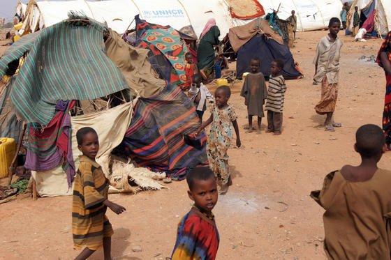 Flüchtlingslager in Dolo Ado in Äthiopien: Gerade in armen Regionen ist es oft zu schwer und aufwändig, um genaue Krankheitsursachen zu ermitteln. Jetzt haben Münchner Forscher ein Mini-Labor entwickelt, das Erreger mit geringem Aufwand, schnell und kostengünstig ermitteln kann.