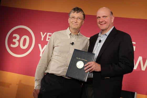 Microsoft-Gründer Bill Gates (l.) und CEO Steve Ballmer wollen Aktionäre offenbar gemeinsam aus dem Unternehmen drängen. Die Aktionäre glauben, dass Gates, der noch dem einflussreichen Verwaltungsrat vorsitzt, dem Umbau des Konzerns im Wege steht.