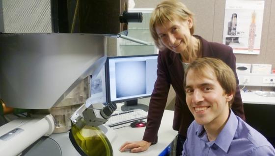 Die Ulmer Physiker Professorin Dr. Ute Kaiser und Simon Kurasch am höchst-auflösenden Elektronenmikroskop.