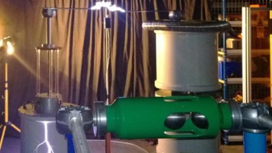 Im Hochspannungslabor der Universität Southampton testeten Forscher, ob sich mit der Energie eines Blitzes ein Handy-Akku aufladen lässt.