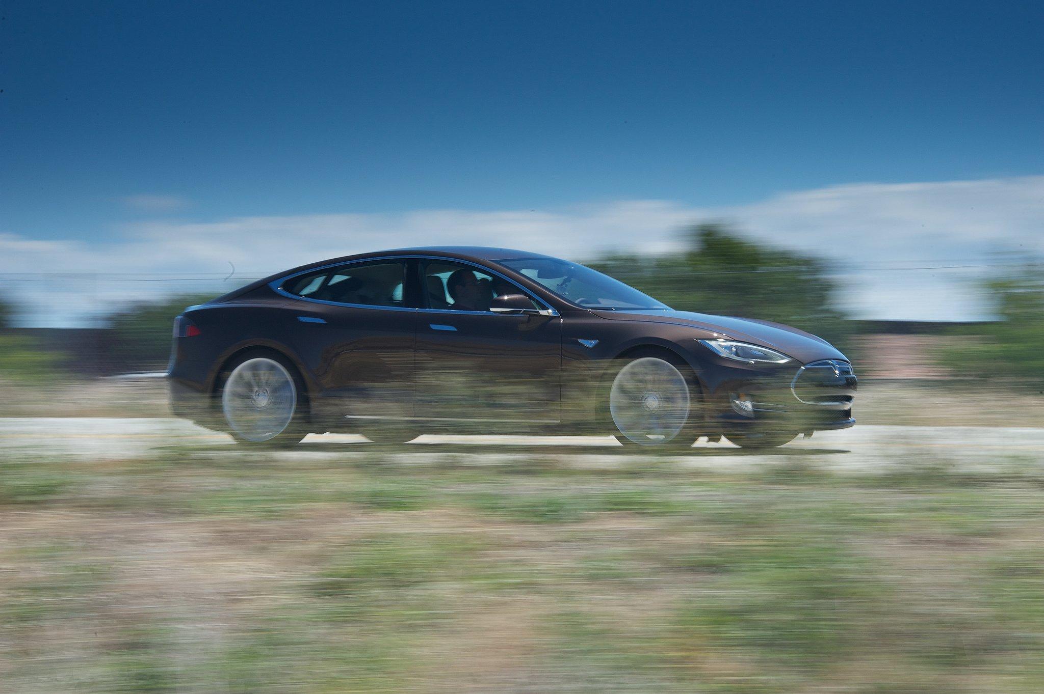 Der Tesla S ist ein reines Elektroauto, dass nicht nur sehr gut aussieht, sondern auch eine Reichweite von mehr als 400 Kilometer hat. An Tesla hält unter anderem der Daimler-Konzern Anteile.