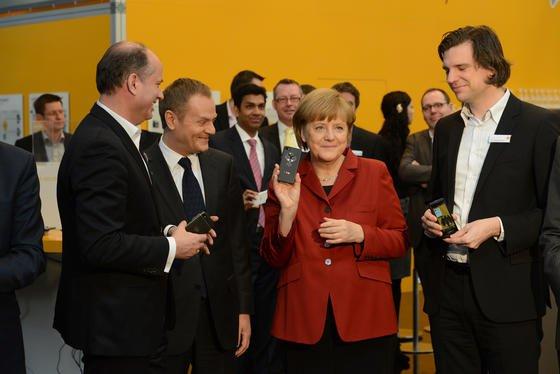 Das war ein Omen: Auf der Cebit 2013 schaute sich Kanzlerin Angela Merkel auch das Kanzler-Handy des Düsseldorfer Anbieters Secusmart auf Basis des Blackberry 10 an. Inzwischen wird das Smartphone deutlich häufiger von der Bundesregierung bestellt als das Merkelphone der Telekom.