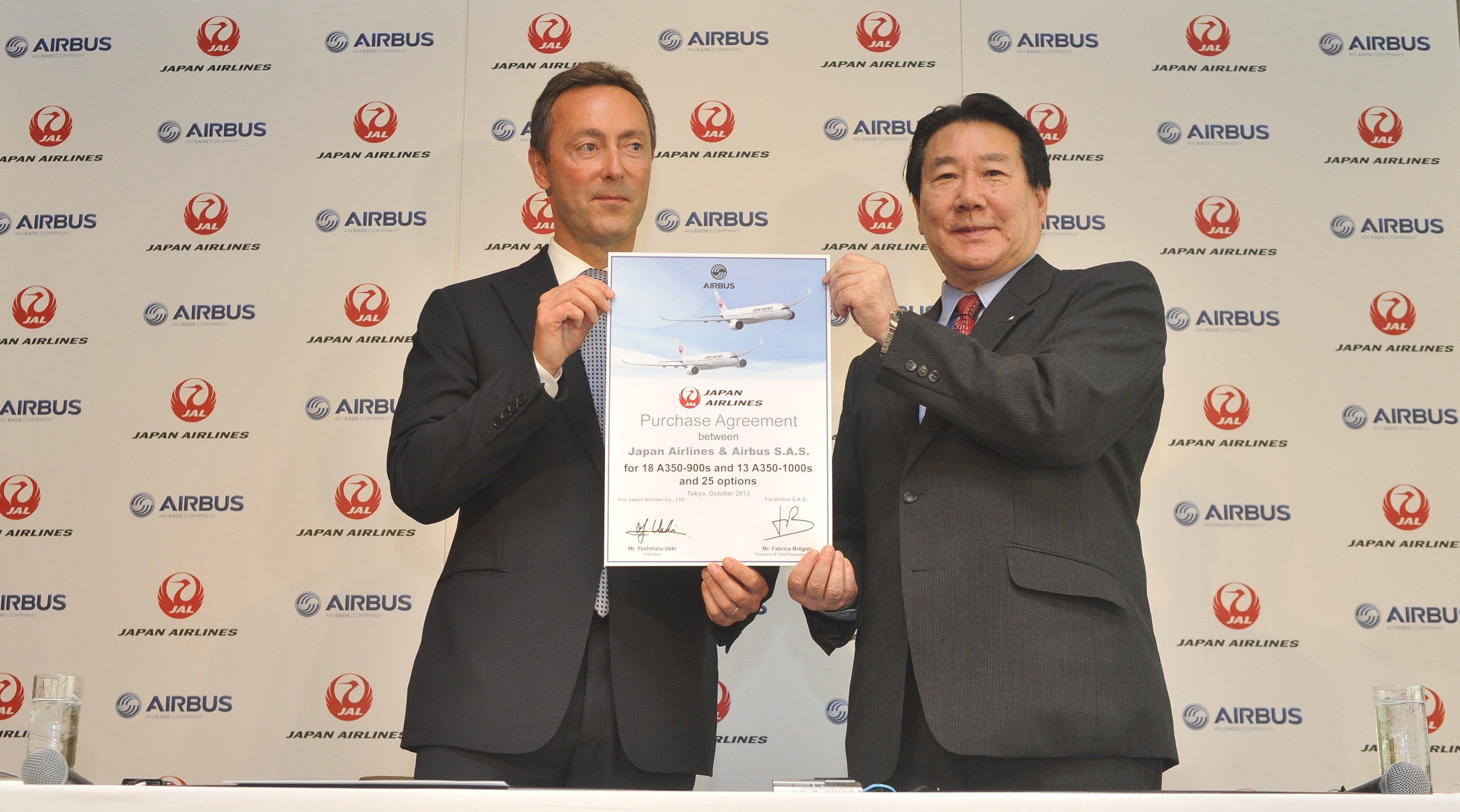 Aibus-Chef Fabrice Brégier und der Chef der Fluggesellschaft Japan Airlines, Yoshiharu Ueki, unterzeichneten die Bestellung von 31 Flugzeugen des Langstreckenmodells A 350.