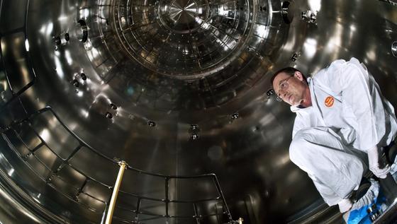 CLOUD-Experiment: Ein Blick ins Innere der CERN-Kammer mit ProjektleiterJasper Kirkby.
