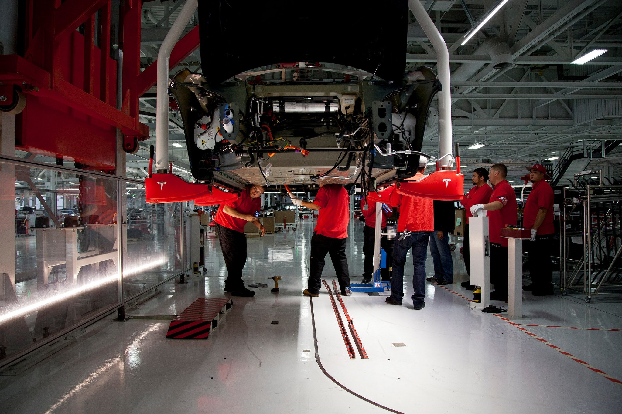 Tesla-Produktion: Der von Tesla selbst entwickelte Akku wird gut gepanzert im Fahrzeugboden untergebracht. Alle 16 Batteriezellen sind noch einmal gegeneinander geschützt.