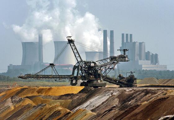 Ein riesiger Bagger vor der Kulisse des RWE-Kraftwerkes Niederaußem im Tagebau Garzweiler in NRW: Der Betrieb von Kohle- und Gaskraftwerken lohnt sich kaum noch, weil die Strompreise durch das große Angebot von Wind- und Sonnenstrom so niedrig sind. Die Bundesregierung hat es versäumt eine Regelung zu beschließen, die auch das Vorhalten von Kapazitäten belohnt. Die Folge: Inzwischen liegen der Bundesnetzagentur Anträge zur Stilllegung von 26 Kraftwerken vor.