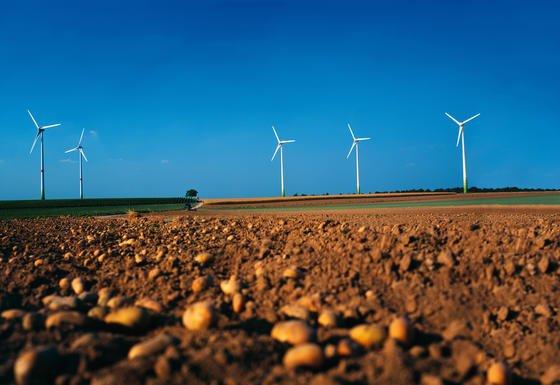 Windkraftanlage in Norddeutschland: Die Ökostromumlage steigt im nächsten Jahr um rund einen auf 6,4 Cent. Das ist ein Preisanstieg von 20 Prozent.