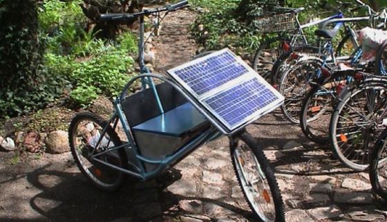 Draußen abgestellt, laden die Solarzellen Strom nach – für die nächste Fahrt mit dem Xtrike.