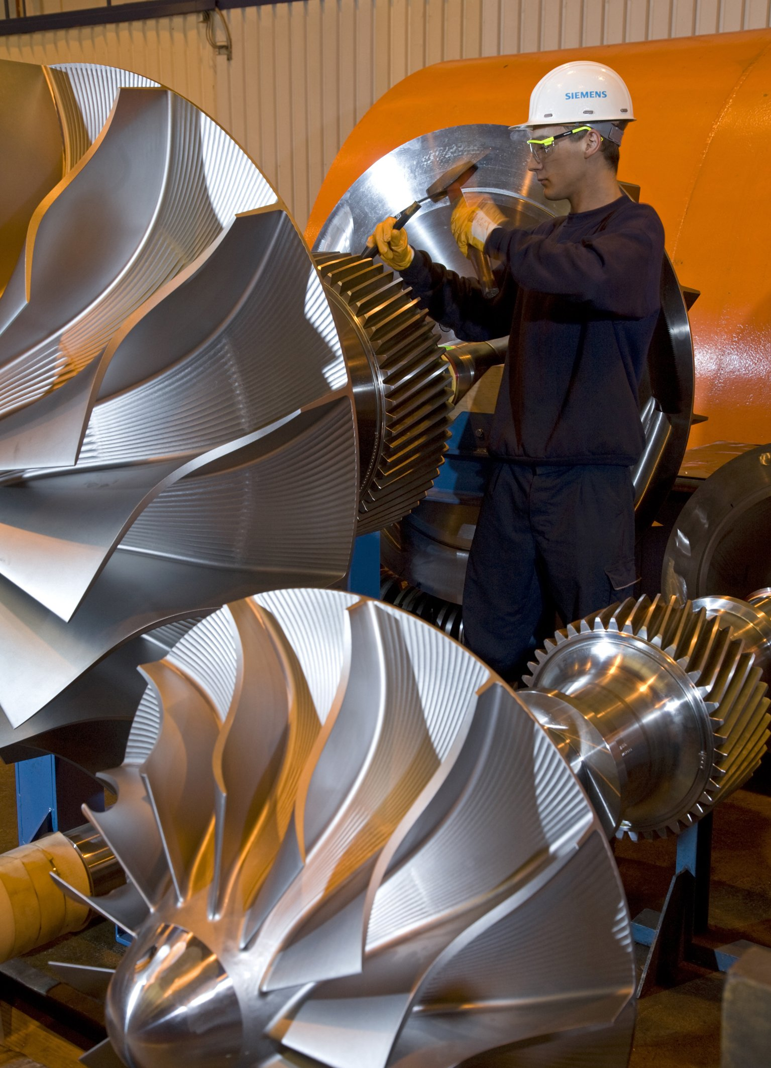 CO2-Verdichterder Firma Siemens, die das in Kraftwerken abgetrennte Kohlendioxid unter hohem Druck zusammenpressen.Die mannshohen Laufräder saugen kubikmeterweise Gase an und pressen sie auf 50 bar und mehr zusammen. So viel Druck herrscht in 500 Metern Wassertiefe. Japan will künftig Kohlendioxid aus Kohlekraftwerken im Meeresboden verpressen.