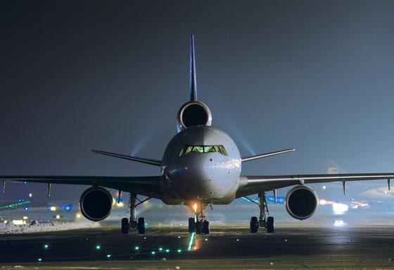 Nächtlicher Flugverkehr auf dem Flughafen KölnBonn: Besonders in der Nacht führt Fluglärm nach einer neuen Studie aus den USA und Großbritannien zu Erkrankungen der Anwohner.