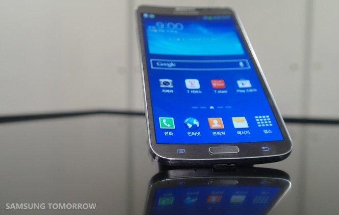 Das neue Samsung mit gebogenem Display lässt sich auch durch das Kippen des Gerätes steuern.