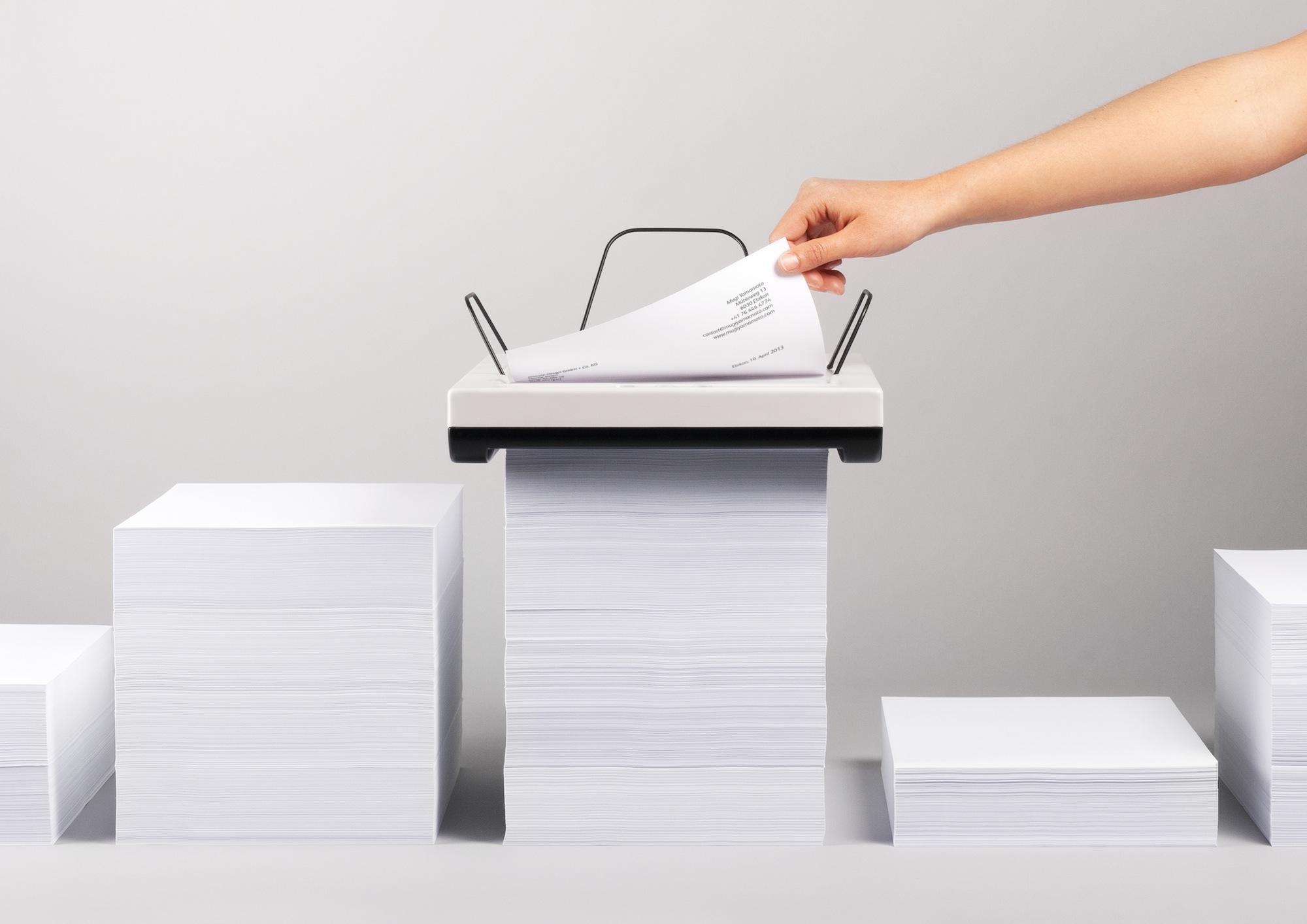 Der japanische Industriedesigner Mugi Yamamoto hat einen Drucker für Stapel entwickelt, der sich einfach durch einen Papierstapel frisst.