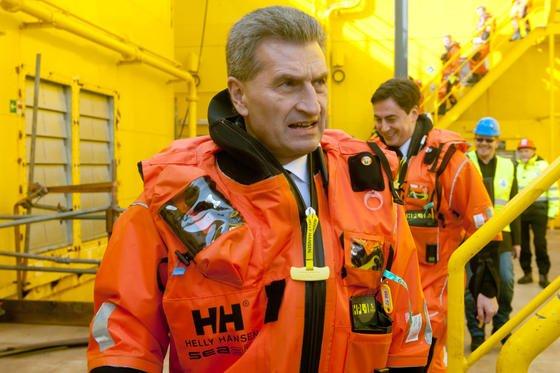 EU-Energiekommissar Günther Oettinger hat offenbar den Subventionsbericht der EU manipuliert. Obwohl die Stromerzeugung aus Atomkraft sowie Kohle und Gas stärker subventioniert wird als die Erneuerbaren Energien, tauchen diese Werte im Bericht nicht auf.
