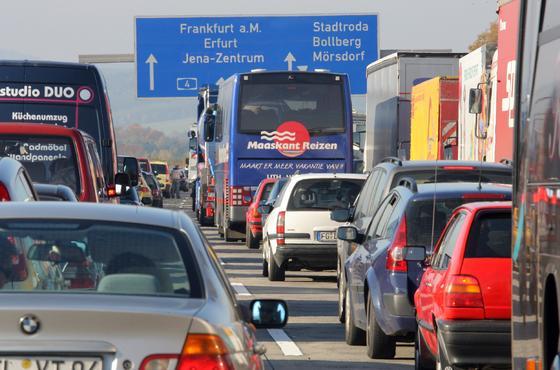Zehn Kilometer Stau auf der Autobahn 4: Der Autoverkehr nimmt weiter zu, die Autos werden zudem immer größer und stärker. Vor allem Autohersteller von Oberklassefahrzeugen wie Mercedes, BMW und Audi haben sich gegen eine weitere Absenkung der CO2-Grenzwerte gesperrt. Jetzt hat Bundesumweltminister Peter Altmaier (CDU) in der EU die geplante Senkung des Grenzwertes auf 95 Gramm pro Kilometer ab 2020 blockiert.