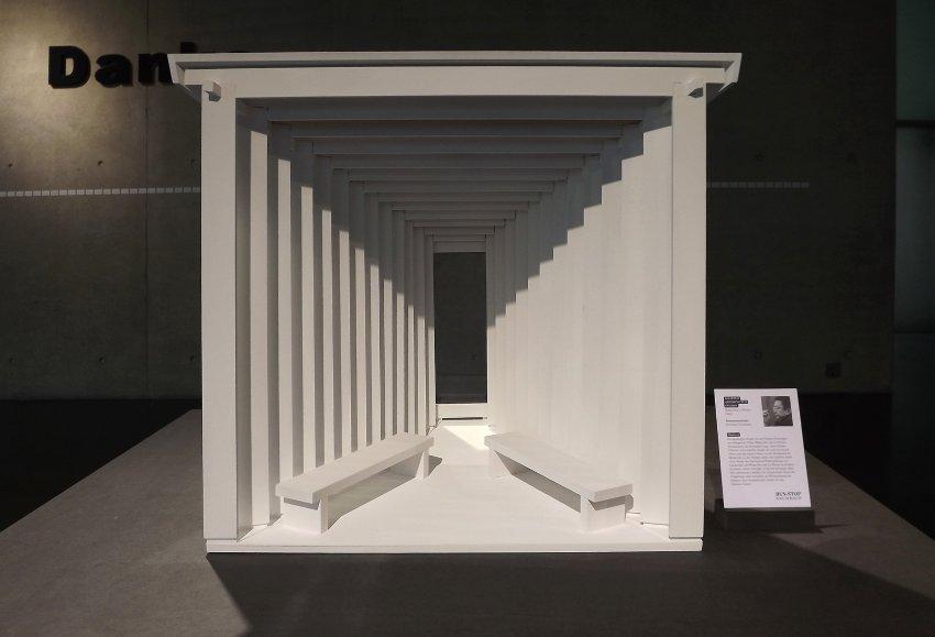 Einen offenen Raum mit Blick auf die Landschaft Krumbachs entwarf der chinesische Architekt Wang Shu. Das Wartehäuschen für den Bus erinnert an eine Fotokamera.