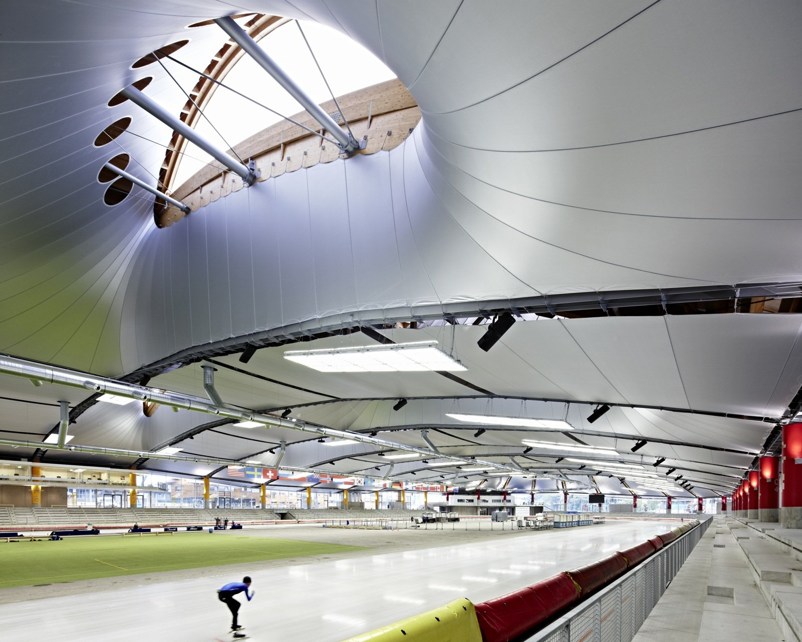 Die alte Eisschnelllaufhalle in Inzell wurde für die Weltmeisterschaften 2011 modernisiert. Sie wurde mit einer Glasfassade geschlossen und erhielt ein plastisch bewegtes Dach aus Membranschichten. Das Dach ist zugleich ästhetisches Charakteristikum der Halle und hat außerdem eine sehr gute isolierende Wirkung.