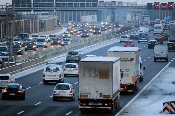 Stau auf der Autobahn: Rund 90 Prozent der Stadtbewohner in der EU sind einer Schadstoffkonzentration ausgesetzt, die die Weltgesundheitsorganisation (WHO) als gesundheitsschädlich einstuft.